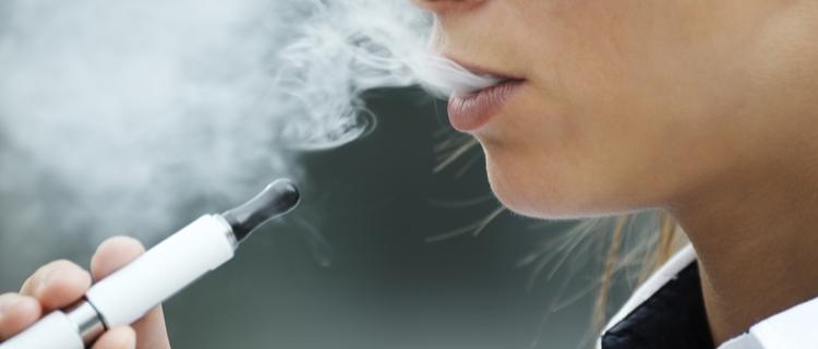電子タバコを吸う人