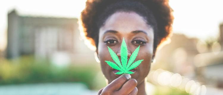 大麻の葉を持つ女性