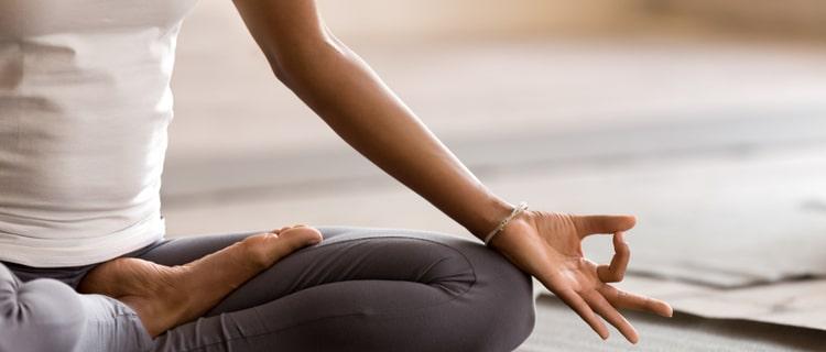 瞑想する女性の手元