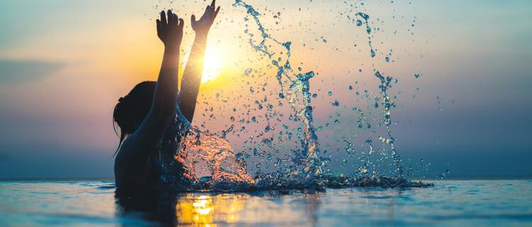 海でアクティブに泳ぐ人