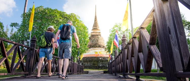 タイの寺院と観光客