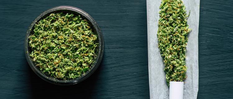 大麻をグラインダーで細かく粉砕する