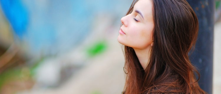 目を閉じる女性の横顔