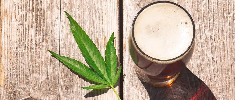 CBDとアルコールの相性は?二日酔いやアルコール依存症への効果についてもご紹介!