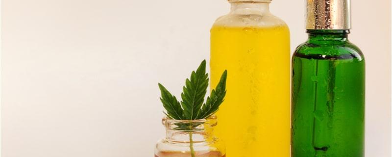 大麻の葉とオイル