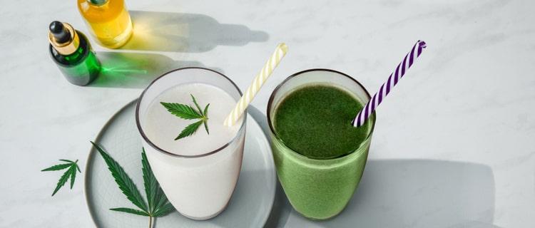大麻の葉が浮かんだミルクとスムージー