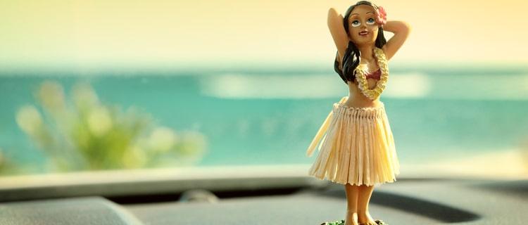 海を背景にしたフラガールの人形