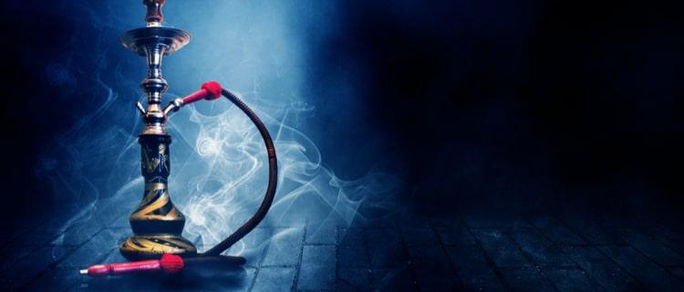 蒸気が漂う水パイプ