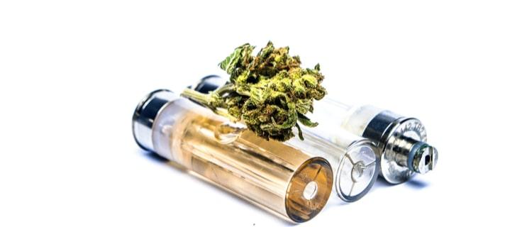 大麻のバッズとカートリッジ