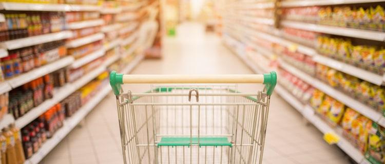 スーパーの通路のショッピングカート