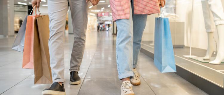 買い物中の二人組の足