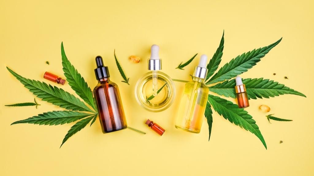 大麻の葉とCBD商品のボトル