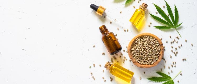 大麻の種子とオイルの瓶と葉