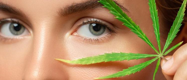 女性の目元と大麻の葉