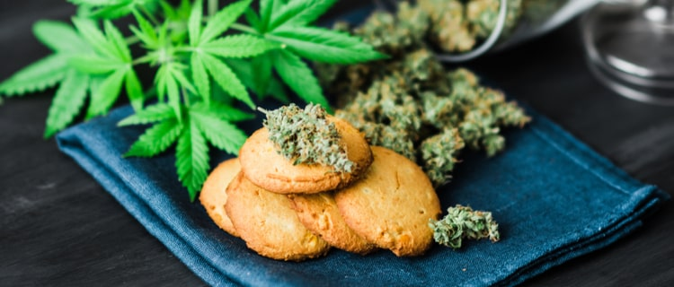 クッキーに添えられた大麻の葉とバッズ