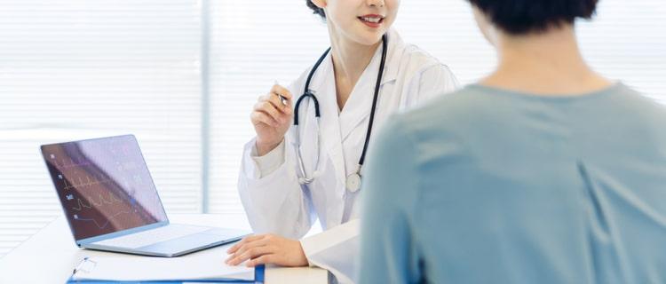 話し合う患者と女性医師