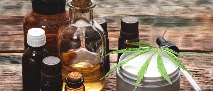 大麻の葉が乗ったクリームと瓶