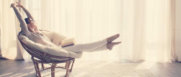 ソファで手足を伸ばす女性