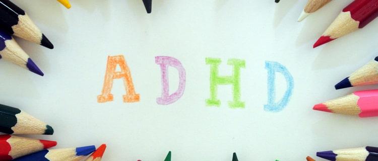 色鉛筆で取り囲まれたADHDの文字
