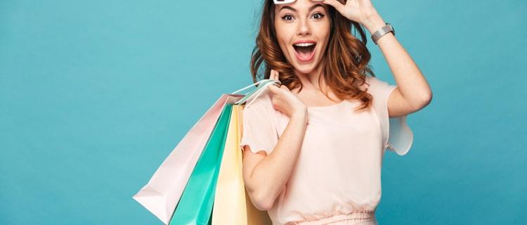 ショッピングバッグをたくさん持った笑顔の女性