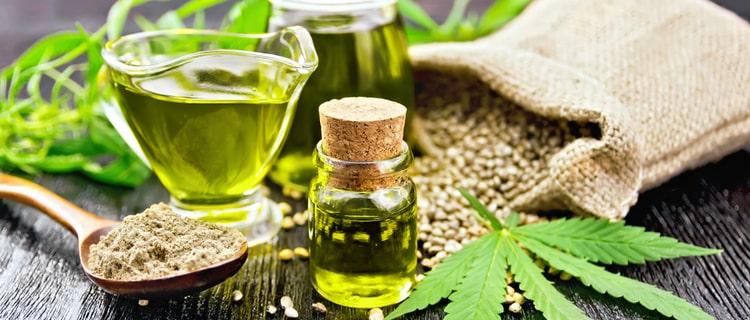 大麻の葉とオイルと種子
