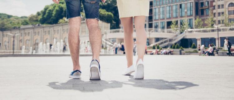 観光地を歩くカップルの足元