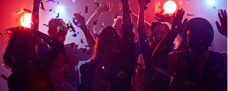 クラブで踊る若者たち