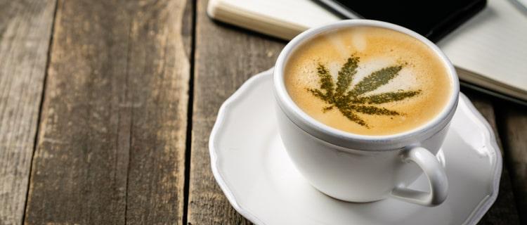 大麻の葉が浮かぶラテ