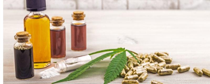 カプセルとオイルのボトルと大麻の葉