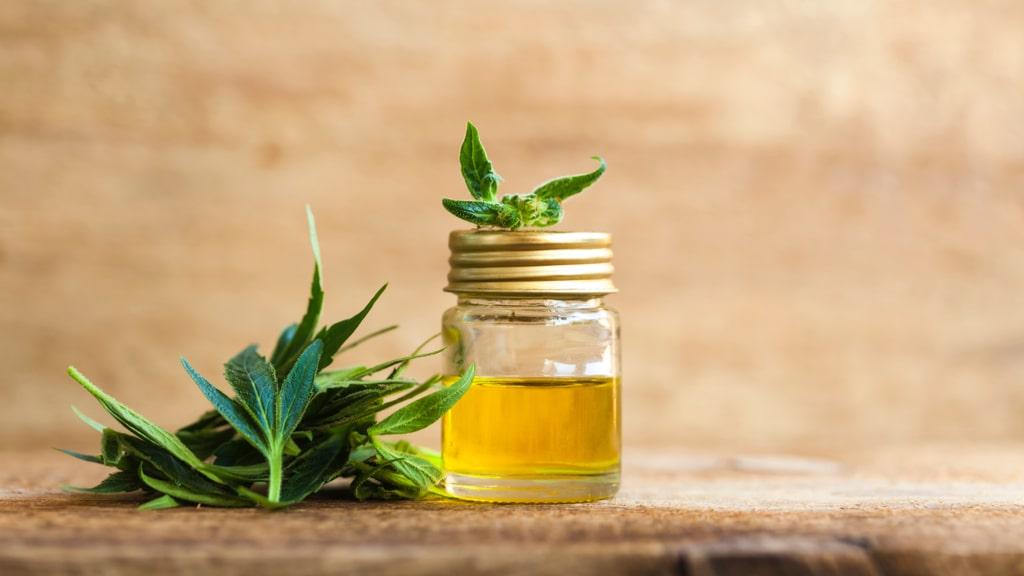 オイルの入った瓶と大麻の葉