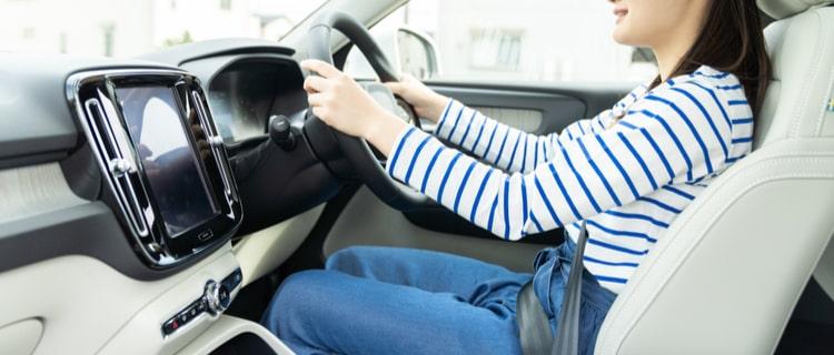 車のハンドルを握る女性