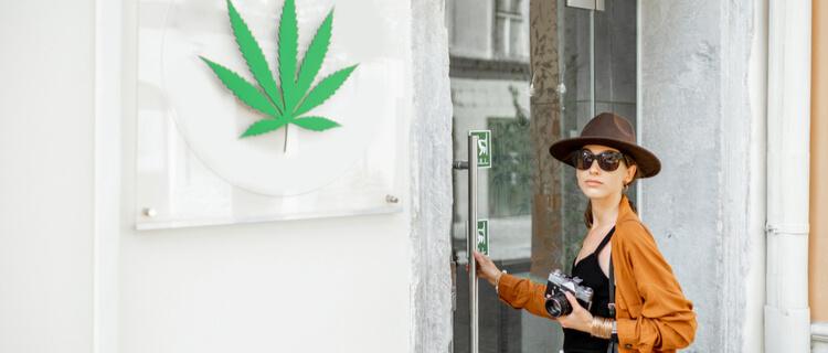 大麻店に入る旅行客