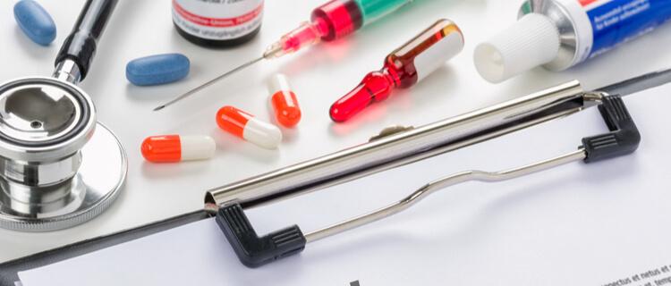 薬や注射器とカルテ