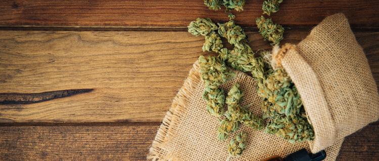 大麻のバッズと麻袋